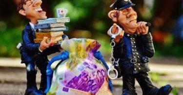 Praktikum Vergütung Geldsack mit Polizisten