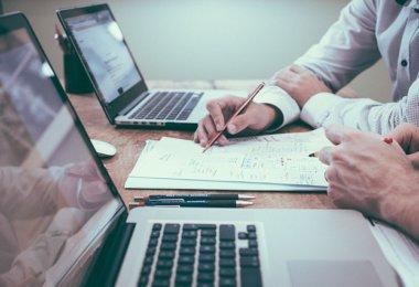 Interne Kommunikation Schreibtisch mit zwei Latops