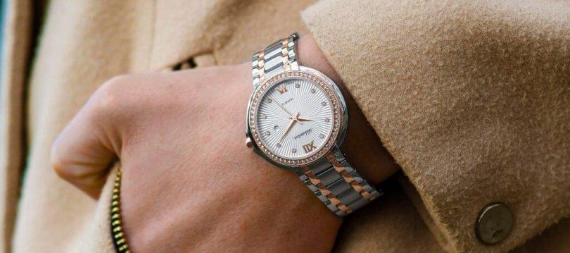 Armbanduhr im Job Handgelenk mit Uhr