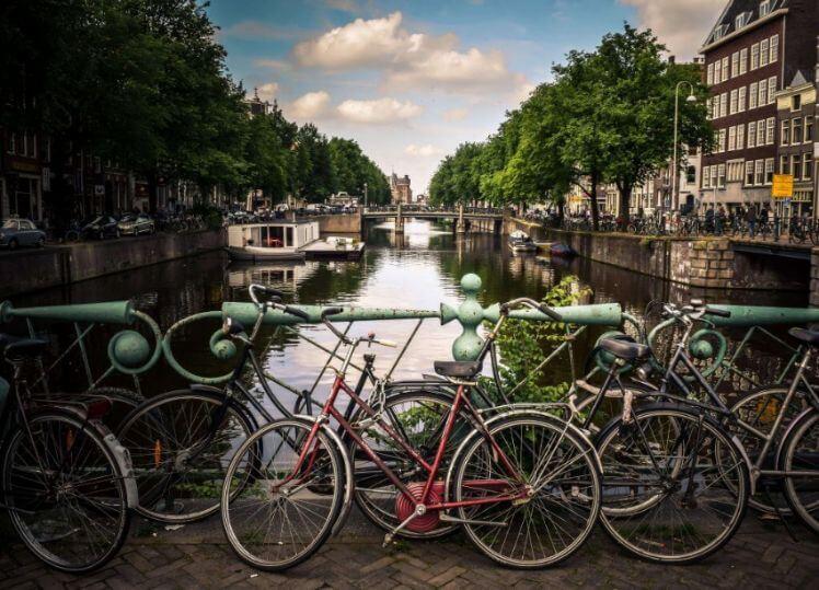 Master Studium Fahrräder vor Gracht
