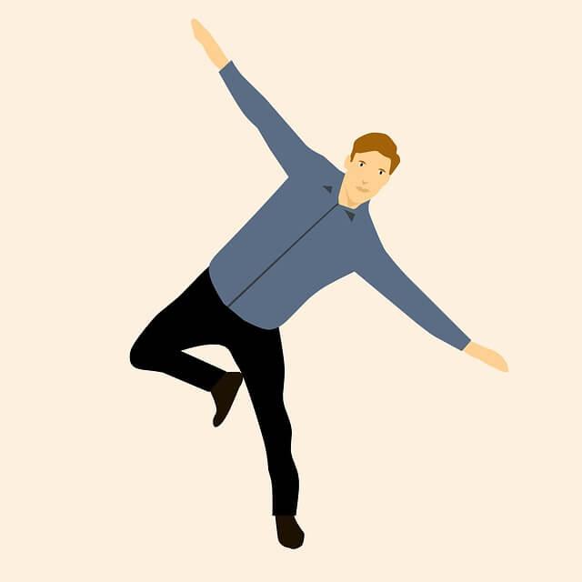Mann in Hemd und schwarzer Hose bewegt sich