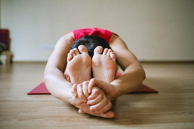 Frau macht Yoga Übungen im Büro
