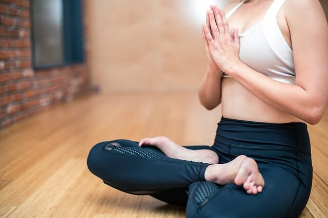 Frau macht Yoga Übung in Büro