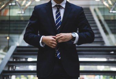 Business Knigge Mann in Anzug mit Krawatte