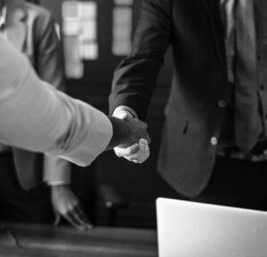 Unzufrieden im Job zwei Menschen schütteln sich die Hände