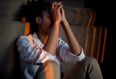 Unzufriedenheit im Jon Frau stützt Arme in den Kopf