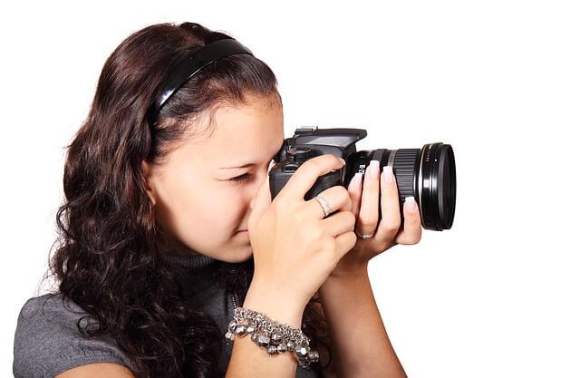 Bewerbungsfoto selbst aufnehmen, Mädchen mit Kamera