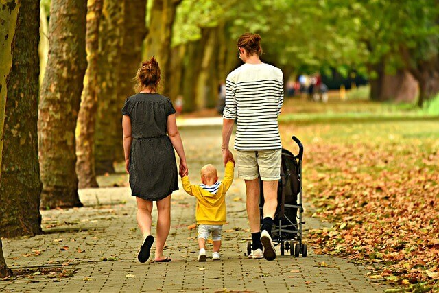 Junges Paar mit Kind in der Elternzeit